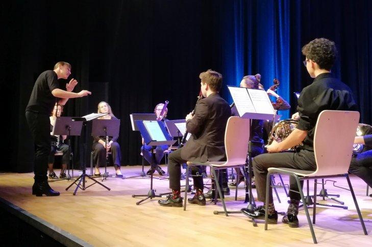 Justyna Chmielek - Korbut (Polska) i Orkiestra Youth Wind Warsaw Orchestra, fot. Damian Kisielewski.