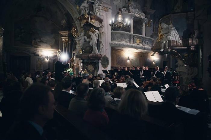 Filharmonia Opolska na inauguracji. Słuchają mieszkańcy Głogówka, okolic i cały klan Oppersdorffów. Fot. Maciej Pagacz
